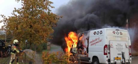 Bestelbus van bakker vliegt in brand tijdens bezorgronde in Waalwijk