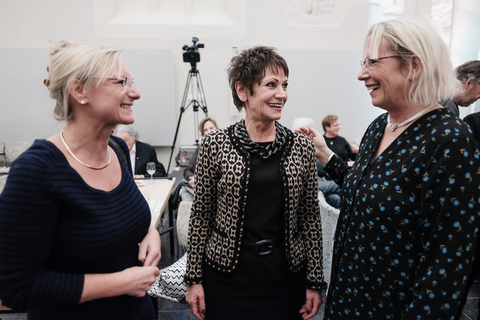 Teja Peters (midden) kreeg zaterdag de erepenning van Doesburg uit handen van burgemeester Loes van der Meijs (r.).