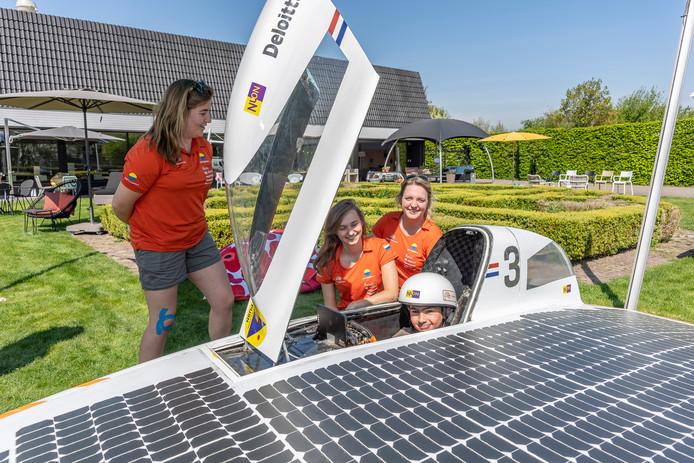 Jaimy van der Linde uit Dreischor mag even achter het stuur zitten van de Nuna 9. De leden van het Vattenfall Solar Team vlnr: Lisanne de Rooij, Emma Vercoulen en Sharon van Luik