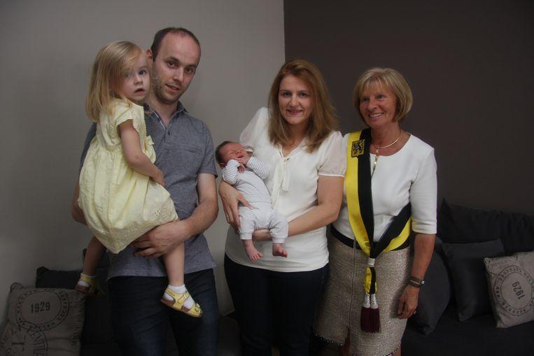 Oona, de duizendste baby van 2014 met haar ouders en broertje Stan, de duizendste baby van dit jaar, en schepen Mia De Brouwer.