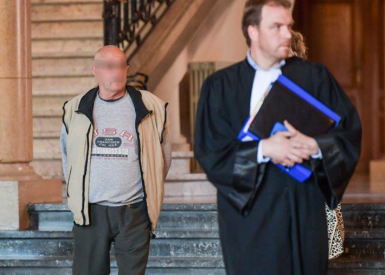 Livin B. in het kielzog van zijn advocaat Toon Muysewinkel in de rechtbank in Leuven.