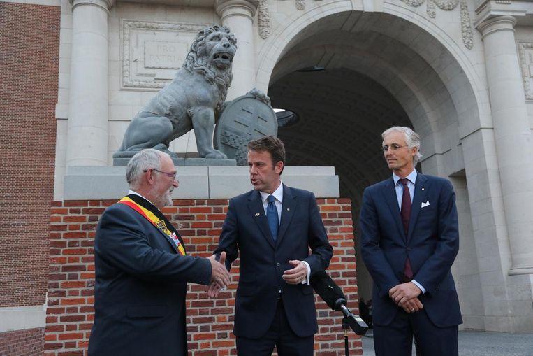 Burgemeester Jan Durnez, minister Dan Tehan en Benoit Mottrie, voorzitter van de Last Post Association, maakten gisteren bekend dat Australië twee replica's van de stenen leeuwen aan Ieper schenkt.