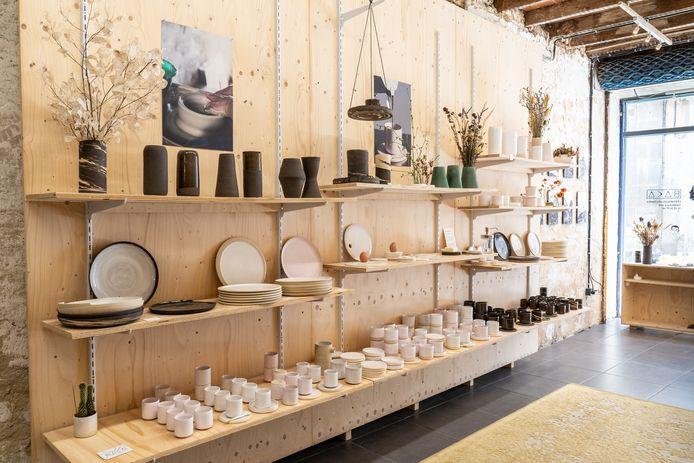 De winkel van Griet ligt in de Rue du Bourg, waar veel shops zijn.