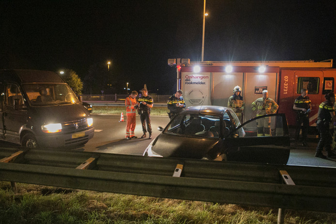 Hulpdiensten hebben het slachtoffer uit zijn voertuig moeten halen. Over de verwondingen van de man is niets bekend.