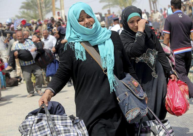 Tienduizenden Irakezen uit Ramadi zijn op de vlucht geslagen toen IS de stad veroverde. Beeld reuters