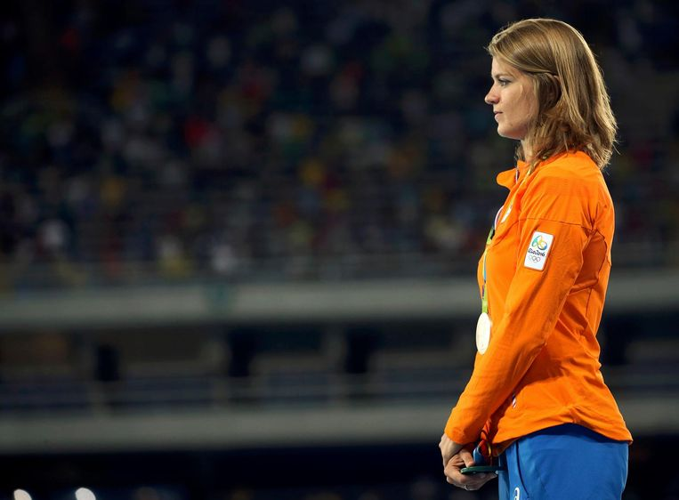 Dafne Schippers tijdens de prijsuitreiking van de 200 meter sprint. Beeld reuters