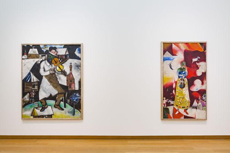 Werken van Chagall op de expositie Migranten in Parijs. Beeld Stedelijk Museum Amsterdam