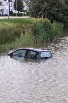 Bestuurster vergeet auto in handrem te zetten: auto rijdt water in