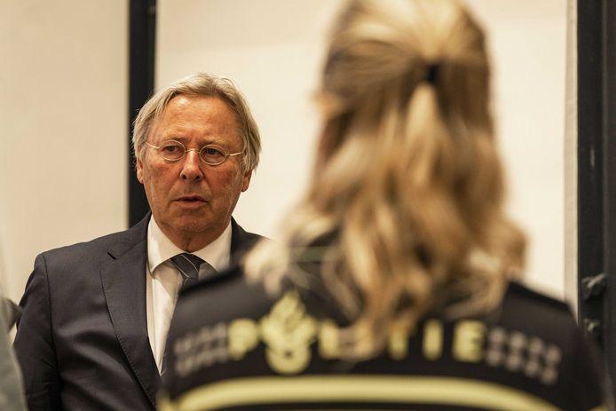 """Ook de Utrechtse burgemeester Den Oudsten is woedend over het illegale feest. ,,Schande dat het nodig was om een wapenstok te gebruiken"""""""