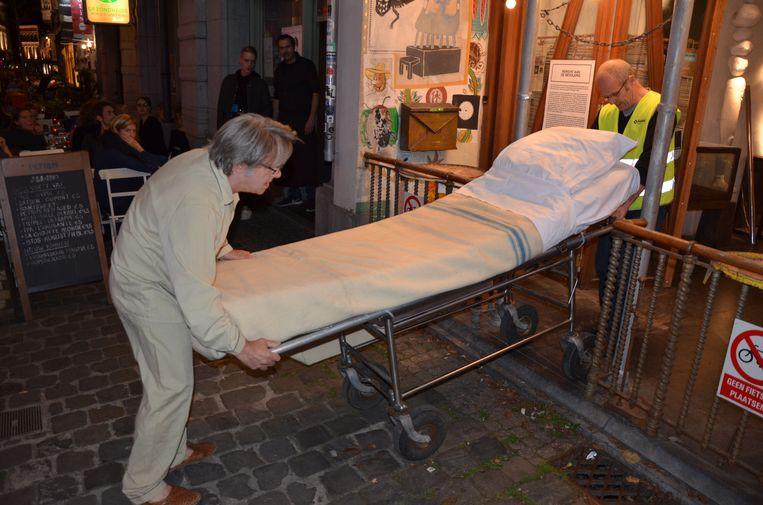 William Phlips rolt zijn ziekenhuisbed buiten.