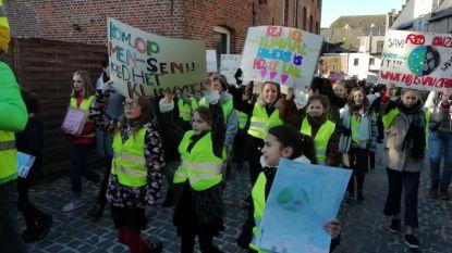 VIDEO: Opgewekte klimaatmars vult straten met 1.500 scholieren