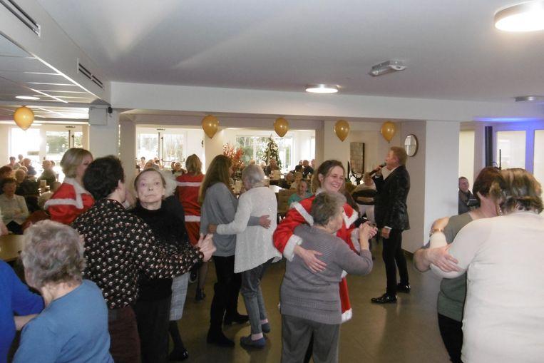 De bewoners konden zich aan een dansje wagen tijdens het kerstconcert in woonzorgcentrum Castelmolen in Meerbeke.