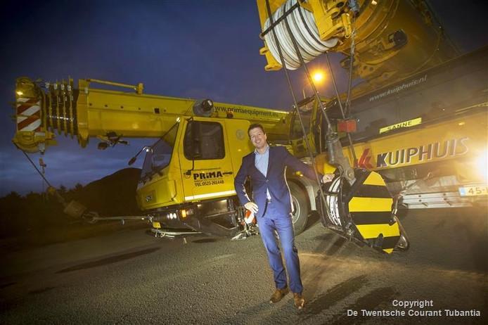 Bob Bruijsten voor de kranen van Kuiphuis en de zojuist overgenomen kraanverhuurtak van het Hardenbergse bedrijf Prima.
