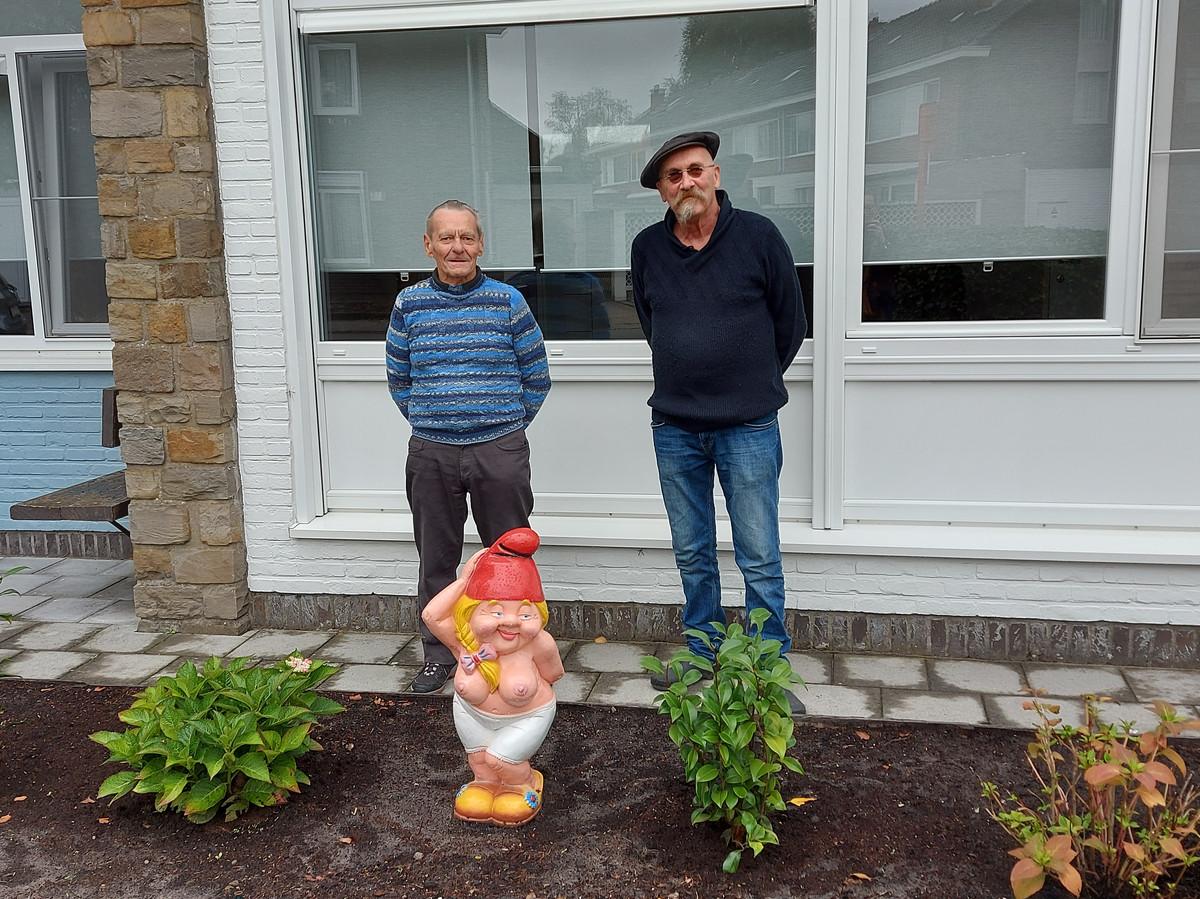 Louis met buurman Karl, die hem kabouter Betty als cadeau gaf.