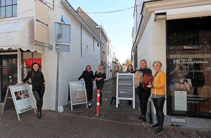 De onderneemsters van het 'Beautylaantje'. Vlnr: Sharon Smit, Jacqueline Vis, Natalia Maarseveen, Evelien van der Zee, Esther Biers, Mireille Scheurter, en Hilde Kloosterman.
