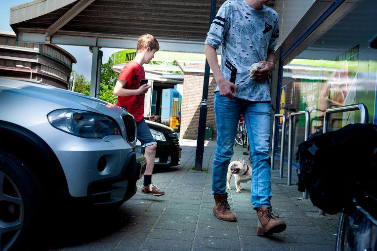 Een foto gemaakt in Leeuwarden, een stad die hele goede wijkteams heeft voor jeugdzorg. Dat kost Leeuwarden veel geld, aangezien er veel achterstandskinderen wonen. De kinderen op de foto komen niet in het stuk voor en doen geen beroep op jeugdzorg. Beeld reyer boxem