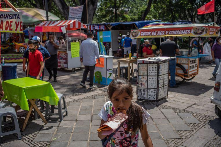 De kermis op het centrale plein in Oaxaca biedt nog veel kraampjes met snacks en snoepgoed.  Beeld Alejandro Cegarra