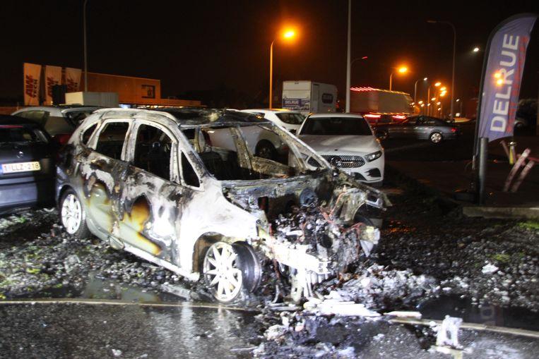 Een BMW brandde volledig uit.