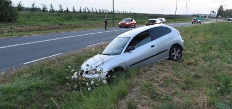 Auto raakt van de weg op Rondweg Houten