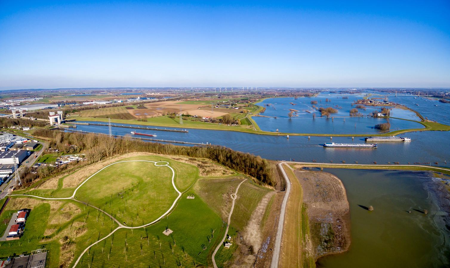 De Echteldsedijk en het Amsterdam-Rijnkanaal bij Tiel.