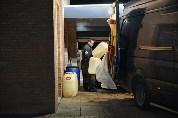 De politie is bezig met het opruimen van drugsvaten in Kaatsheuvel.