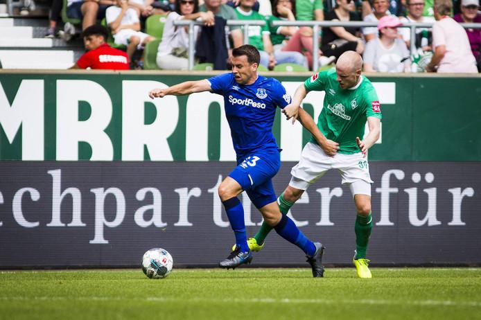 Davy Klaassen moet tijdens een oefenwedstrijd in de voorbereiding achter zijn vroegere Everton-ploeggenoot Seamus Coleman aan.  In Bremen lijkt hij meer op zijn plek. Zo is Klaassen aanvoerder als Niklas Moisander (ook ex-Ajax) niet meedoet.