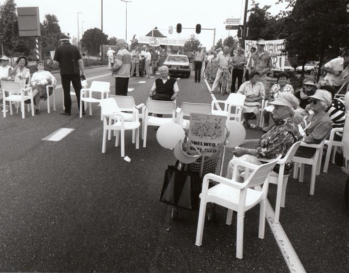 Ook in 1990 was de drukte op de N69 in Valkenswaard al een doorn in het oog. Zie hier een protestactie in dat jaar op de weg.