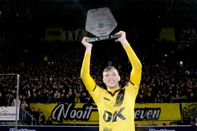 Sydney van Hooijdonk viert de eerste periodetitel.