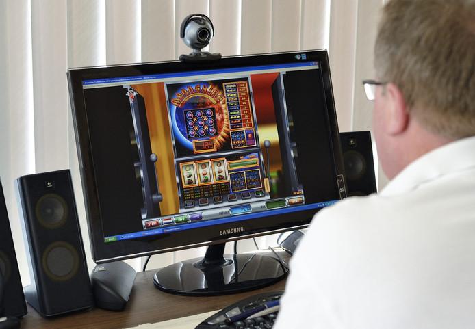 Een gokker speelt op een online fruitmachine