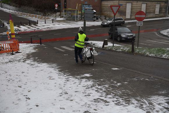Op de Keizersberg in Leuven moesten fietsers extra voorzichtig zijn door de sneeuwval.