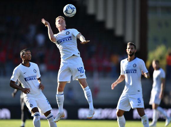 Xian Emmers kopt de bal weg. Standard onderhandelt met Inter over de jonge Belg.