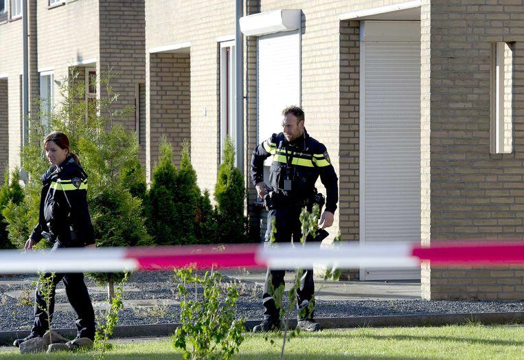 Politieagenten bij het huis van Bandidos-president Harrie R. in Nieuwstadt. Beeld ANP