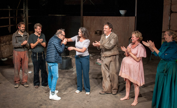 Toneelschrijver Franz Xaver Kroetz geeft een handkus aan regisseur Yvonne van Beukering, met de cast van Afslag Eindhoven, na afloop van de voorstelling 'Stallerhof', een stuk van Kroetz.