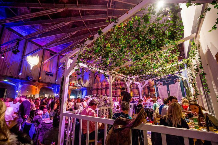 De hele Westergasfabriek zit vol wijnliefhebbers. Beeld Amsterdam Wine Festival