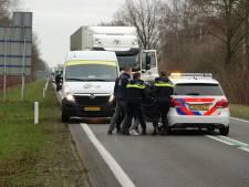 Politie haalt verwarde man van de weg bij Dedemsvaart