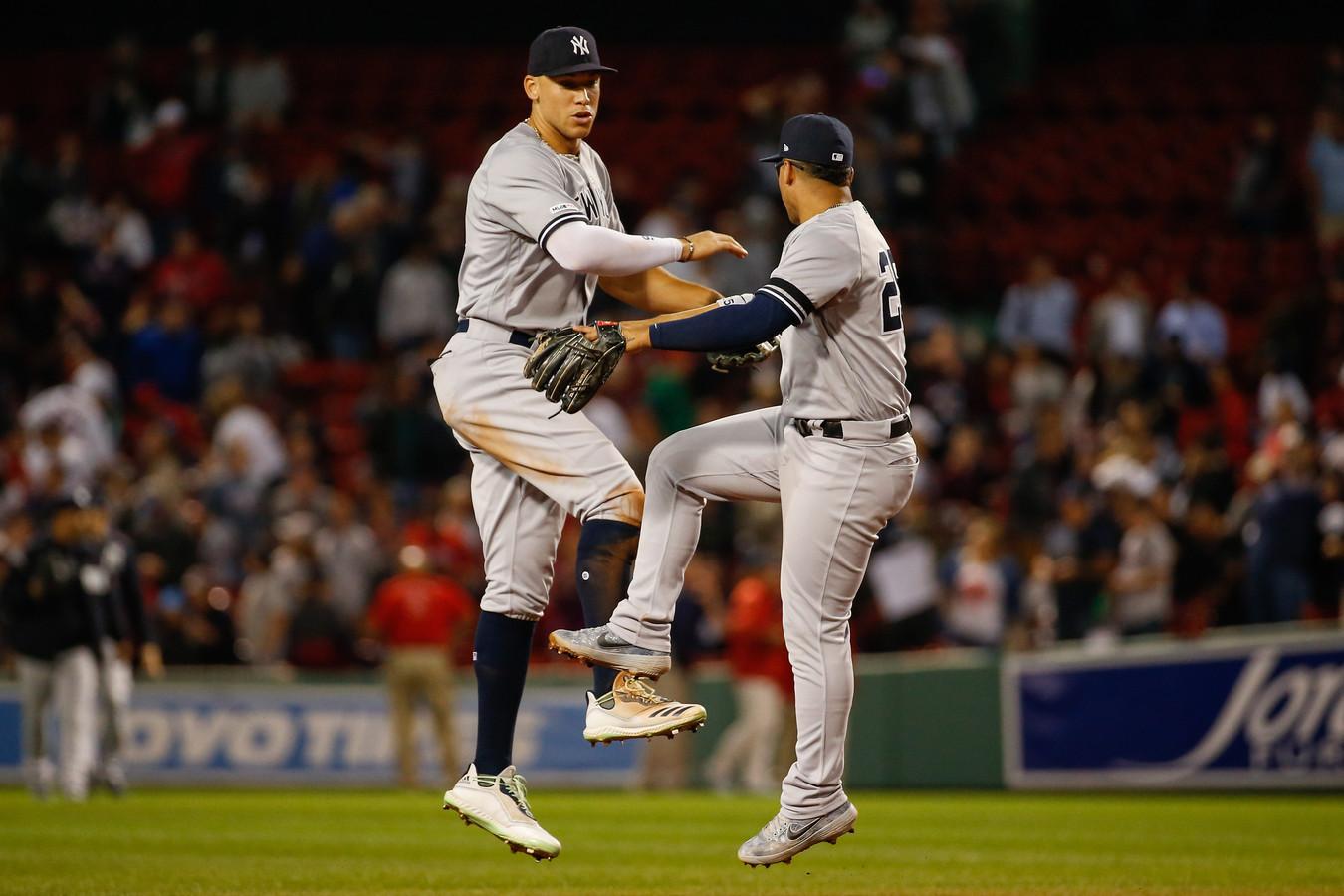 De Yankees-spelers Aaron Judge (l) en Gleyber Torres vieren feest in het hol van de leeuw.