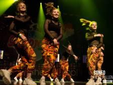 Meiden van D-Radiation uit Raalte stralen na binnenslepen Nederlandse titel streetdance/hiphop