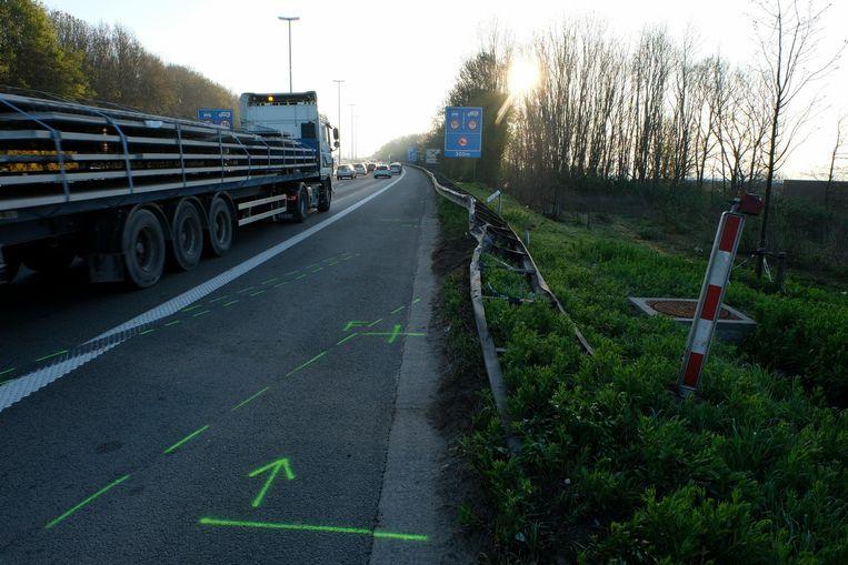 De bestelwagen raakte net voor het viaduct van Vilvoorde van de weg af.