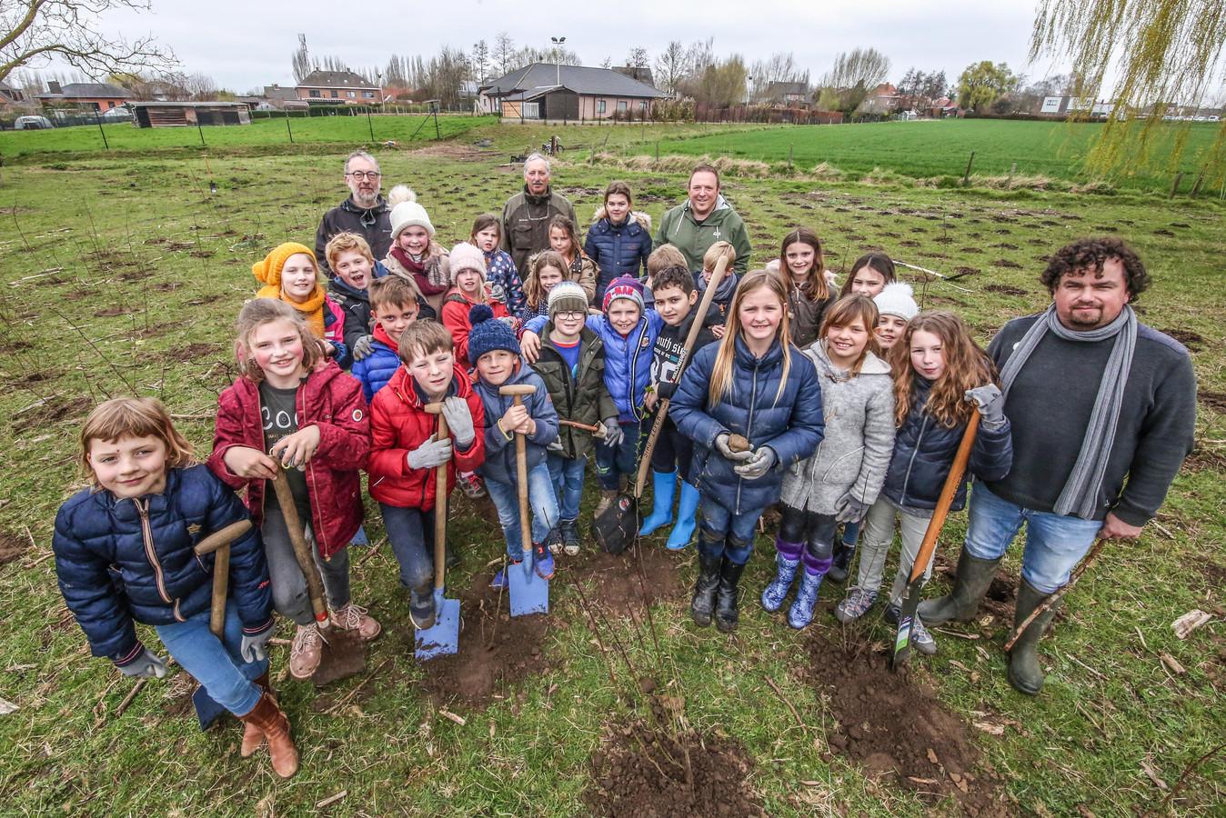 Een plantactie langs de Bellewaerdebeek in Sint -Jan. De boompjes en struiken worden aangeplant door klasjes van de Vrije Basisschool Sint-Jan.