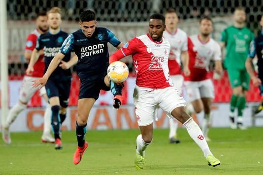 Navarone Foor namens Vitesse in duel met Gyrano Kerk van FC Utrecht.