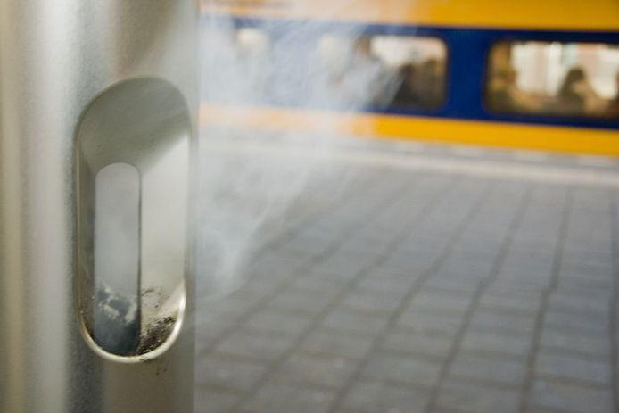 Een rookpaal op een NS-station.
