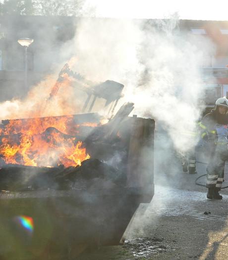 Grote rookpluimen door containerbrand in Waalwijk