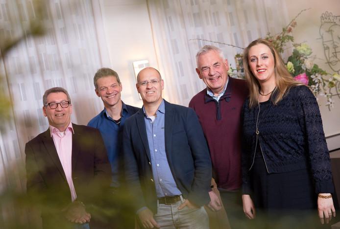 De lijsttrekkers van Oisterwijk (vlnr): Jan de Laat (PrO), Guus Mulders (CDA), Carlo van Esch (PGB), Jan Jonkers (Algemeen Belang) en Anne Cristien Spekle (VVD).