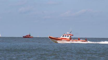 Vijf reddingsboten zoeken vermiste jongeman na feestje met vrienden op strand. Hij bleek zijn roes uit te slapen in portaal