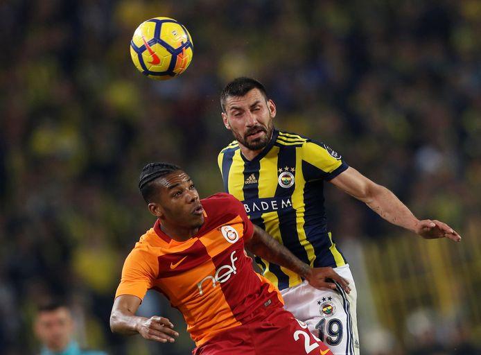 Garry Rodrigues namens Galatasaray in actie tegen Sener Ozbayrakli van 'Fener'.