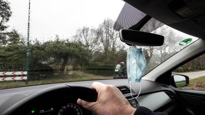 """Mobiliteitsorganisaties waarschuwen voor mondmaskers aan achteruitkijkspiegel: """"Ze belemmeren het zicht"""""""