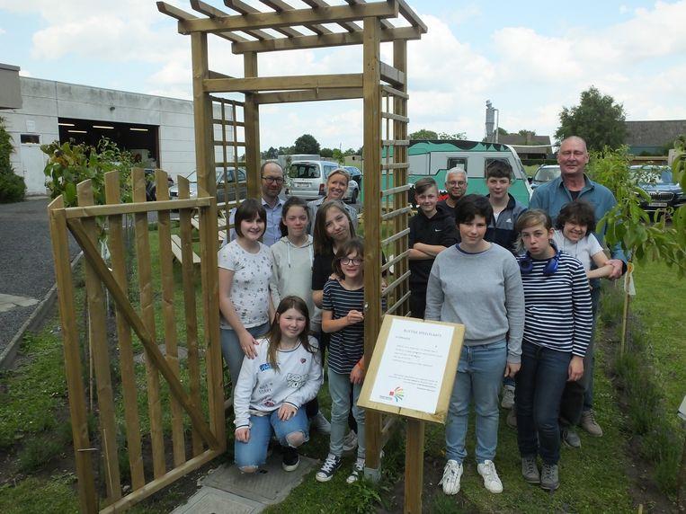 Enkele leerlingen en leerkrachten van Emmaüs Machelen bij de nieuwe rustige speelplaats.