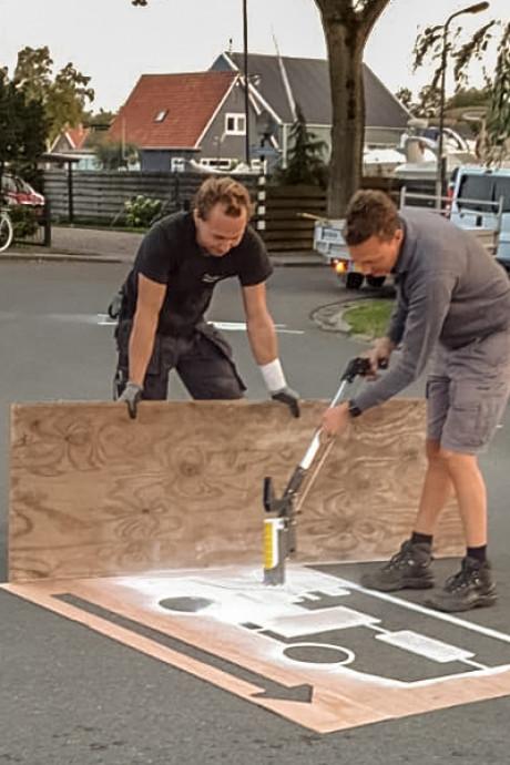 Giethoorn is vastrijdende campers zat en schildert pijlen op de weg: die kant op!