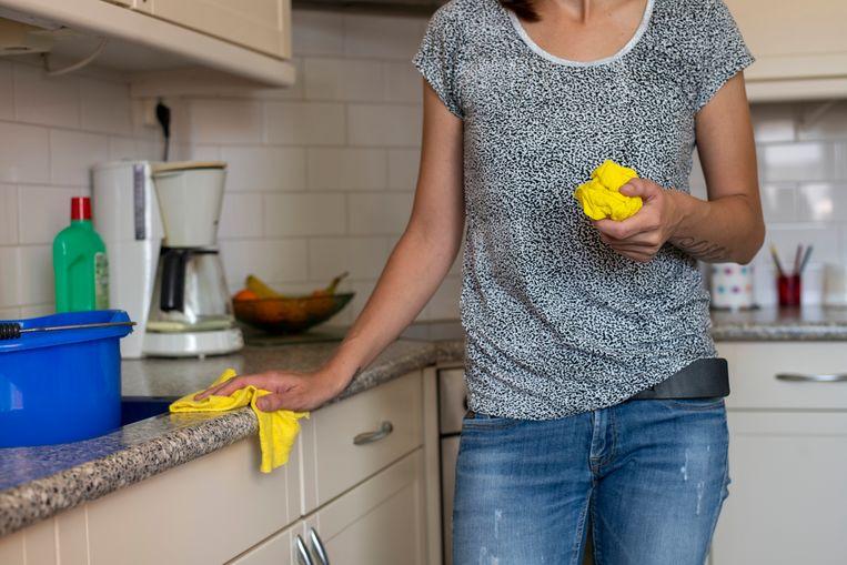 Een jonge vrouw werkt bij de thuiszorg. Ze verzorgt huishoudelijke taken bij een oudere mevrouw, die zo langer zelfstandig kan wonen.  Beeld Hollandse Hoogte / Patricia Rehe