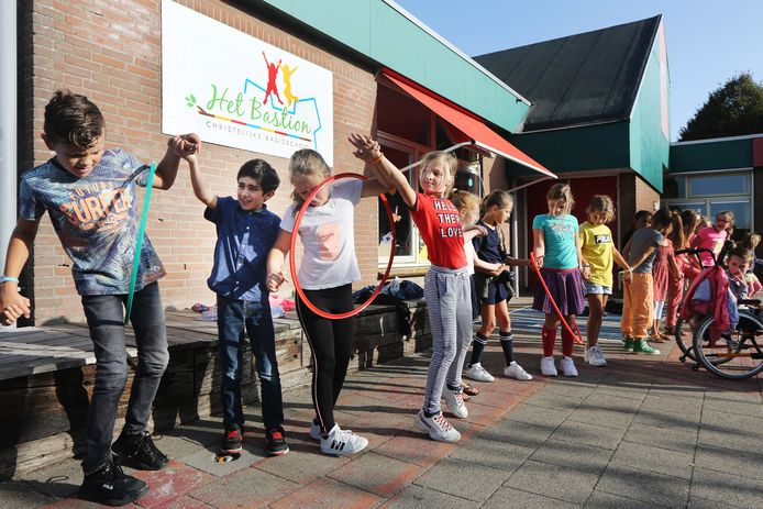 20200917 - Klundert - Als startpunt van 'de week tegen pesten'. Was er basisschool het Bastion een leuke actie waar alle kinderen van de school moesten samenwerken met een doorgeefspel met hoepels. FOTO: PIX4PROFS/ RAMON MANGOLD